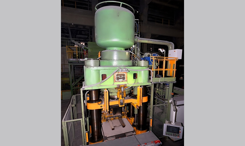 Presses for refractory products manufacturing